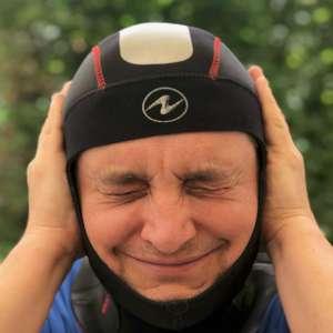 Chaque fois que je plonge avec la cagoule j'ai de la peine à équilibrer mes oreilles alors que sans elle tout va bien alors que puis-je faire