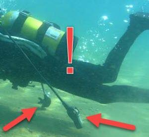 Empêcher le tuyau de son détendeur de secours de sortir du clip et de râcler le fond